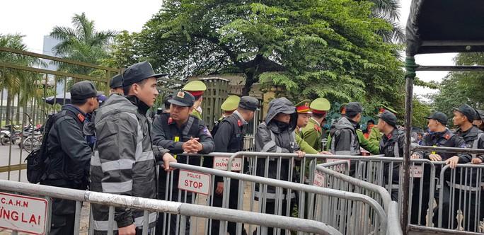 Hàng trăm người lại bao vây, làm náo loạn trụ sở VFF - Ảnh 3.