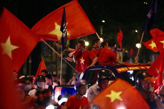 TP HCM tưng bừng sau trận Việt Nam hòa Maylaysia 2-2 - Ảnh 3.