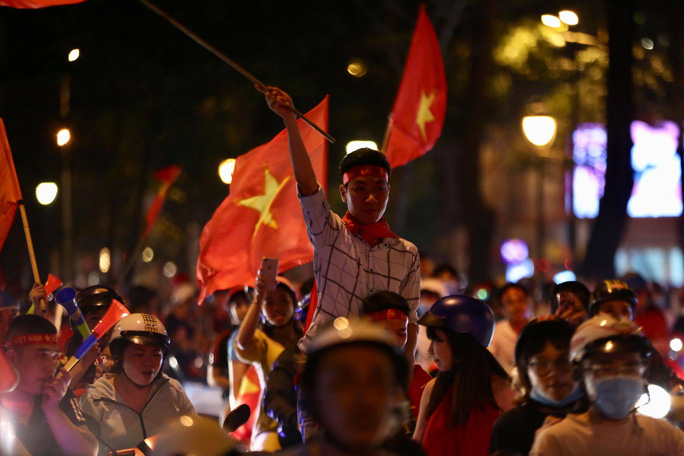 TP HCM tưng bừng sau trận Việt Nam hòa Maylaysia 2-2 - Ảnh 4.