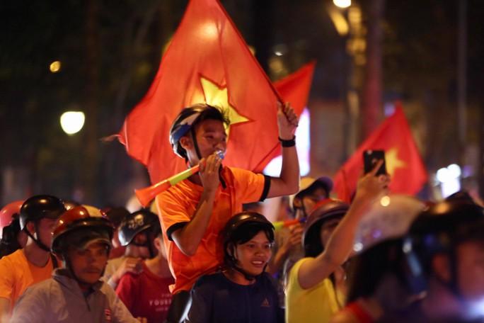 TP HCM tưng bừng sau trận Việt Nam hòa Maylaysia 2-2 - Ảnh 6.