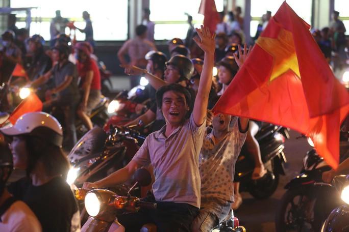 TP HCM tưng bừng sau trận Việt Nam hòa Maylaysia 2-2 - Ảnh 1.