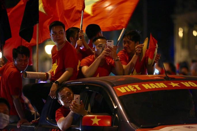 TP HCM tưng bừng sau trận Việt Nam hòa Maylaysia 2-2 - Ảnh 7.