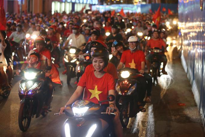 TP HCM tưng bừng sau trận Việt Nam hòa Maylaysia 2-2 - Ảnh 8.