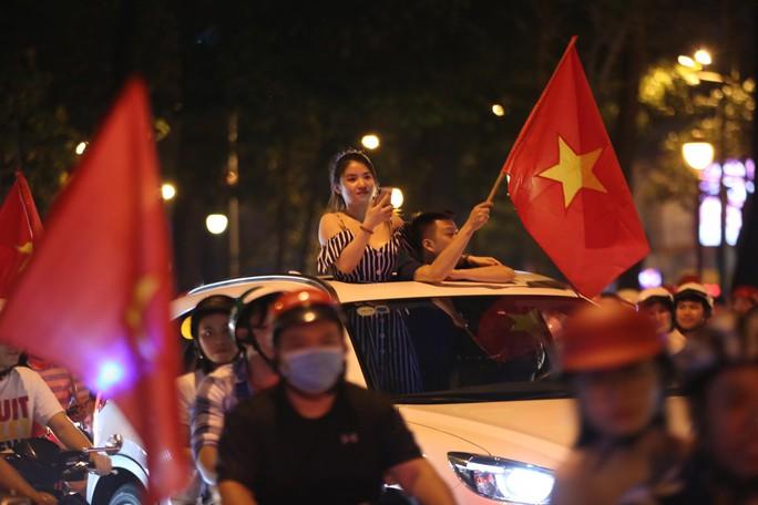 TP HCM tưng bừng sau trận Việt Nam hòa Maylaysia 2-2 - Ảnh 9.