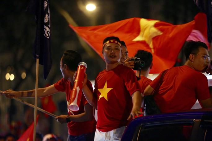 TP HCM tưng bừng sau trận Việt Nam hòa Maylaysia 2-2 - Ảnh 10.