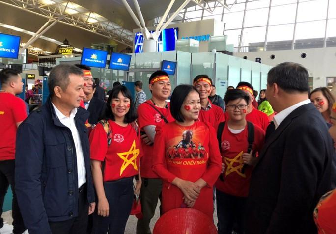 CĐV nhuộm đỏ 6 chuyến bay sang Malaysia tiếp lửa tuyển Việt Nam - Ảnh 1.