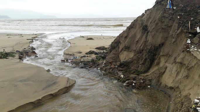 Hơn 3 km bờ biển Đà Nẵng tiếp tục sạt lở nặng - Ảnh 1.