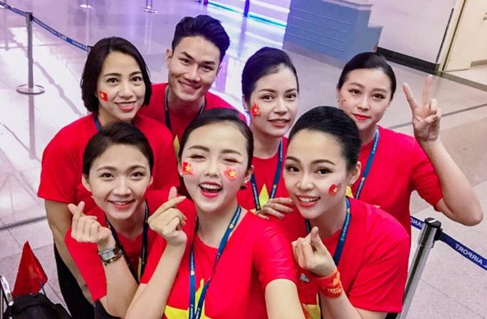 CĐV nhuộm đỏ 6 chuyến bay sang Malaysia tiếp lửa tuyển Việt Nam - Ảnh 4.
