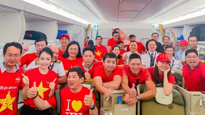 CĐV nhuộm đỏ 6 chuyến bay sang Malaysia tiếp lửa tuyển Việt Nam - Ảnh 16.