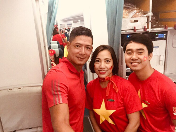 CĐV nhuộm đỏ 6 chuyến bay sang Malaysia tiếp lửa tuyển Việt Nam - Ảnh 18.