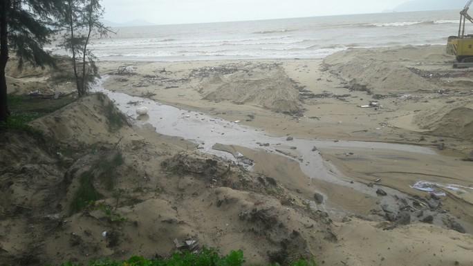 Hơn 3 km bờ biển Đà Nẵng tiếp tục sạt lở nặng - Ảnh 11.