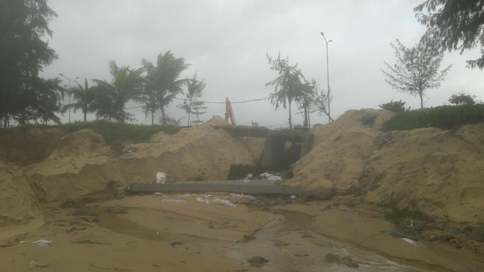Hơn 3 km bờ biển Đà Nẵng tiếp tục sạt lở nặng - Ảnh 13.