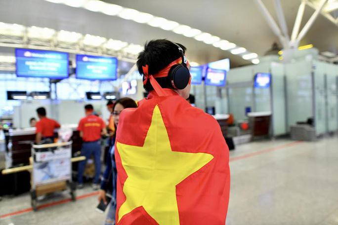 CĐV nhuộm đỏ 6 chuyến bay sang Malaysia tiếp lửa tuyển Việt Nam - Ảnh 12.