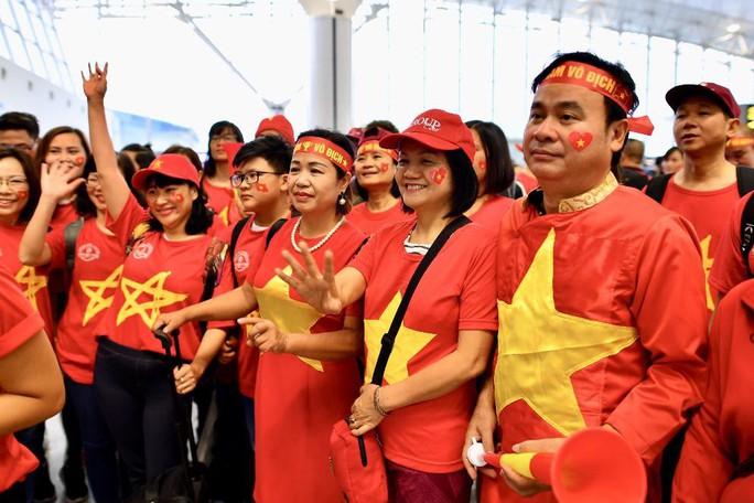 CĐV nhuộm đỏ 6 chuyến bay sang Malaysia tiếp lửa tuyển Việt Nam - Ảnh 9.