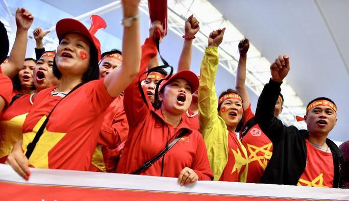 CĐV nhuộm đỏ 6 chuyến bay sang Malaysia tiếp lửa tuyển Việt Nam - Ảnh 8.