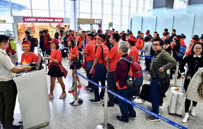 CĐV nhuộm đỏ 6 chuyến bay sang Malaysia tiếp lửa tuyển Việt Nam - Ảnh 13.
