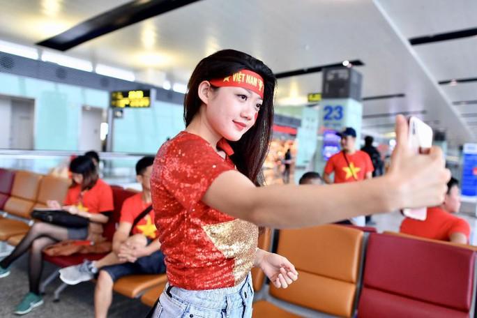 CĐV nhuộm đỏ 6 chuyến bay sang Malaysia tiếp lửa tuyển Việt Nam - Ảnh 10.