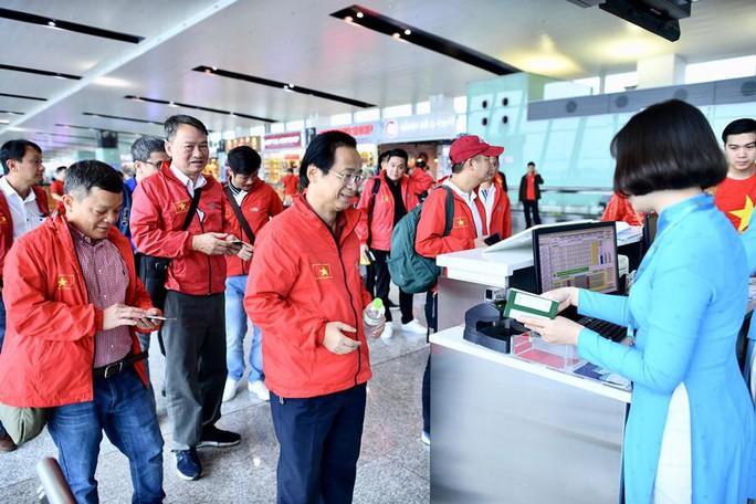 CĐV nhuộm đỏ 6 chuyến bay sang Malaysia tiếp lửa tuyển Việt Nam - Ảnh 14.