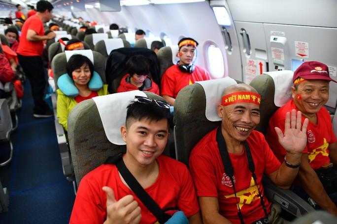 CĐV nhuộm đỏ 6 chuyến bay sang Malaysia tiếp lửa tuyển Việt Nam - Ảnh 21.