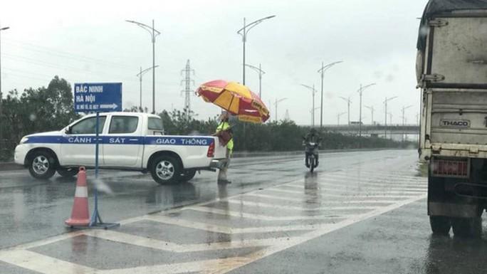 Tá hỏa phát hiện thi thể phụ nữ không nguyên vẹn trên cao tốc Hà Nội-Bắc Giang - Ảnh 1.