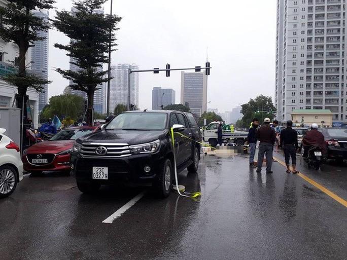 Người thân khóc ngất bên thi thể thanh niên bị tai nạn dưới trời mưa rét 12 độ - Ảnh 1.