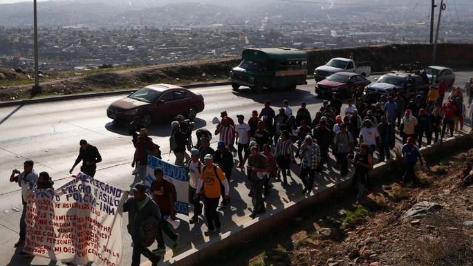 Nhóm người di cư đòi ông Trump trả 50.000 USD/người - Ảnh 1.