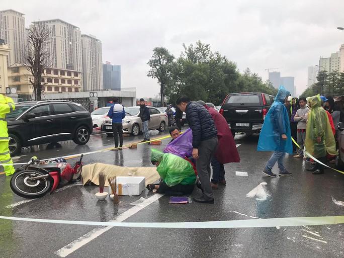 Người thân khóc ngất bên thi thể thanh niên bị tai nạn dưới trời mưa rét 12 độ - Ảnh 2.