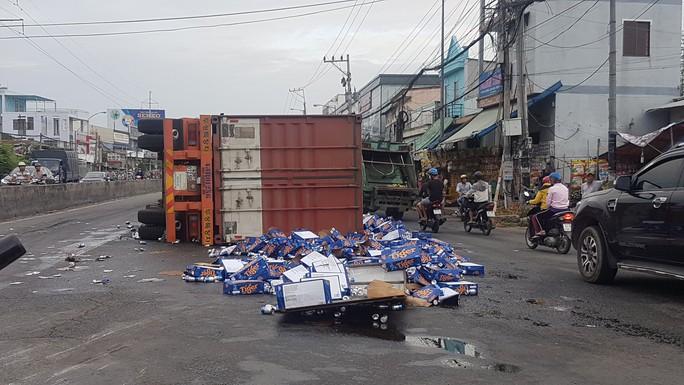 Sau tiếng nổ, container lật như phim, bia văng tứ tung trên Quốc lộ 1 - Ảnh 1.