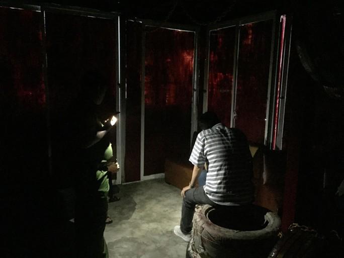Hàng chục thanh niên vào cơ sở cạo mặt để làm bậy trên ghế sofa - Ảnh 2.