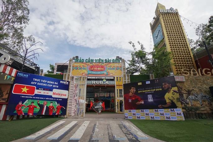 Người TP HCM nườm nượp mua sẵn cờ, áo đỏ cổ vũ tuyển Việt Nam - Ảnh 12.