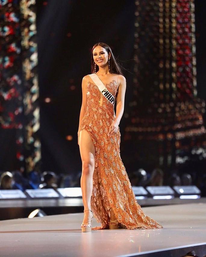 H'Hen Niê tỏa sáng với bikini và đầm dạ hội vàng - Ảnh 11.