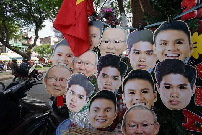 Người TP HCM nườm nượp mua sẵn cờ, áo đỏ cổ vũ tuyển Việt Nam - Ảnh 10.