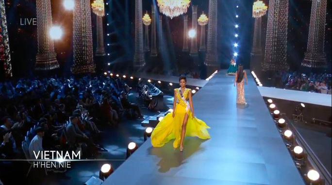 H'Hen Niê tỏa sáng với bikini và đầm dạ hội vàng - Ảnh 2.