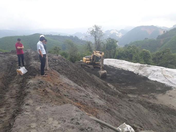 Nghệ An: Bùn thải treo trên đỉnh núi - Ảnh 1.