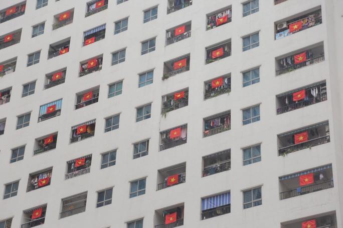 Cờ Tổ quốc nhuộm đỏ chung cư Linh Đàm cổ vũ tuyển Việt Nam quyết đấu Malaysia - Ảnh 1.
