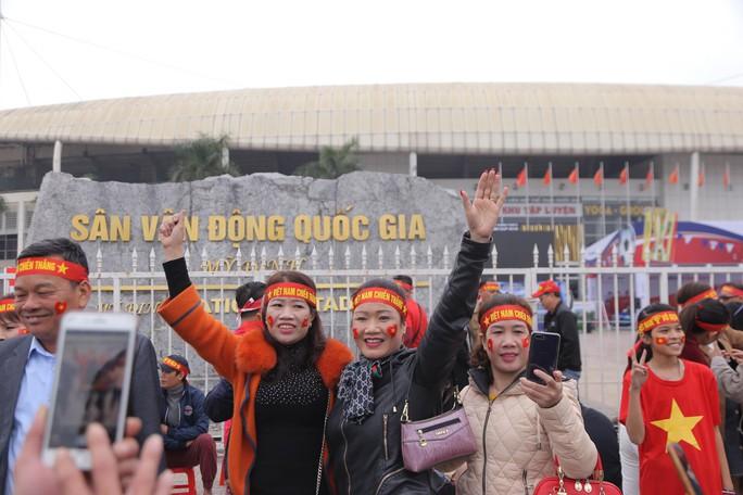 CĐV tập trung quanh sân Mỹ Đình từ sáng sớm cổ vũ tuyển Việt Nam - Ảnh 1.