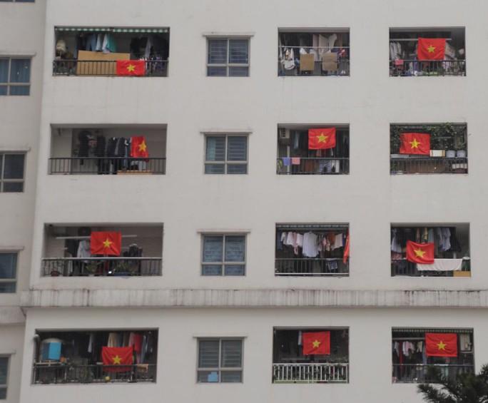 Cờ Tổ quốc nhuộm đỏ chung cư Linh Đàm cổ vũ tuyển Việt Nam quyết đấu Malaysia - Ảnh 4.