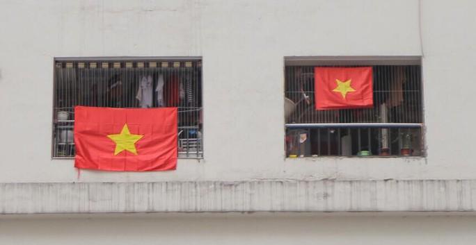 Cờ Tổ quốc nhuộm đỏ chung cư Linh Đàm cổ vũ tuyển Việt Nam quyết đấu Malaysia - Ảnh 8.