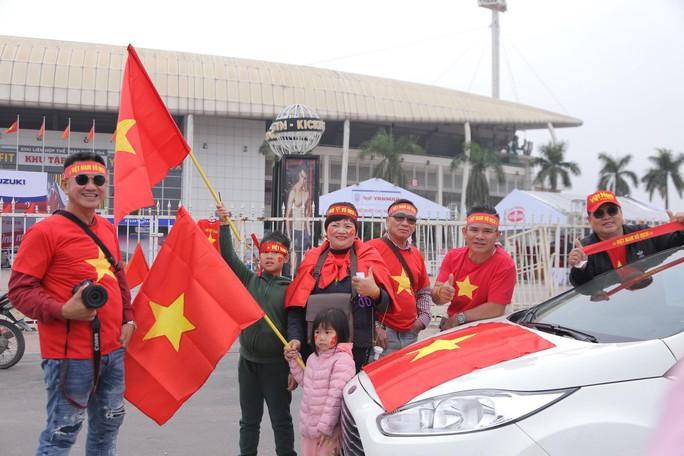 CĐV tập trung quanh sân Mỹ Đình từ sáng sớm cổ vũ tuyển Việt Nam - Ảnh 5.