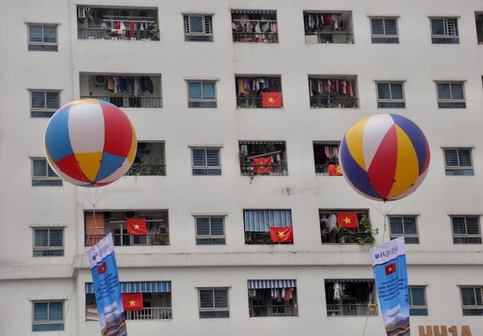Cờ Tổ quốc nhuộm đỏ chung cư Linh Đàm cổ vũ tuyển Việt Nam quyết đấu Malaysia - Ảnh 10.