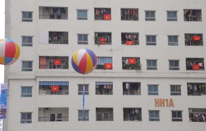 Cờ Tổ quốc nhuộm đỏ chung cư Linh Đàm cổ vũ tuyển Việt Nam quyết đấu Malaysia - Ảnh 11.