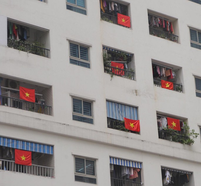 Cờ Tổ quốc nhuộm đỏ chung cư Linh Đàm cổ vũ tuyển Việt Nam quyết đấu Malaysia - Ảnh 13.