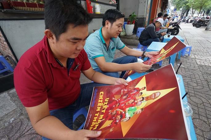 Poster cổ vũ tuyển Việt Nam chinh phục AFF Cup đến tay người hâm mộ - Ảnh 4.