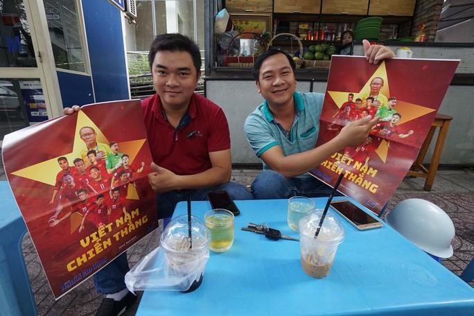 Poster cổ vũ tuyển Việt Nam chinh phục AFF Cup đến tay người hâm mộ - Ảnh 5.