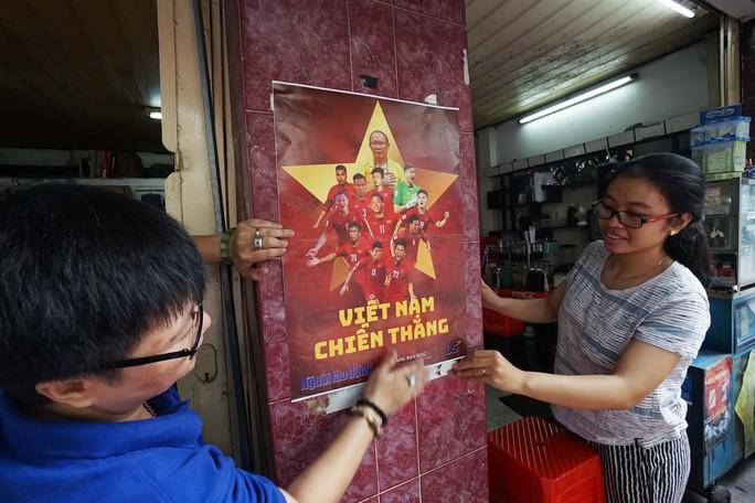 Poster cổ vũ tuyển Việt Nam chinh phục AFF Cup đến tay người hâm mộ - Ảnh 9.