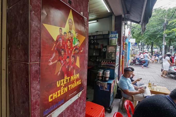 Poster cổ vũ tuyển Việt Nam chinh phục AFF Cup đến tay người hâm mộ - Ảnh 10.
