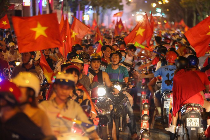 TP HCM trắng đêm mừng tuyển Việt Nam vô địch AFF Cup - Ảnh 9.
