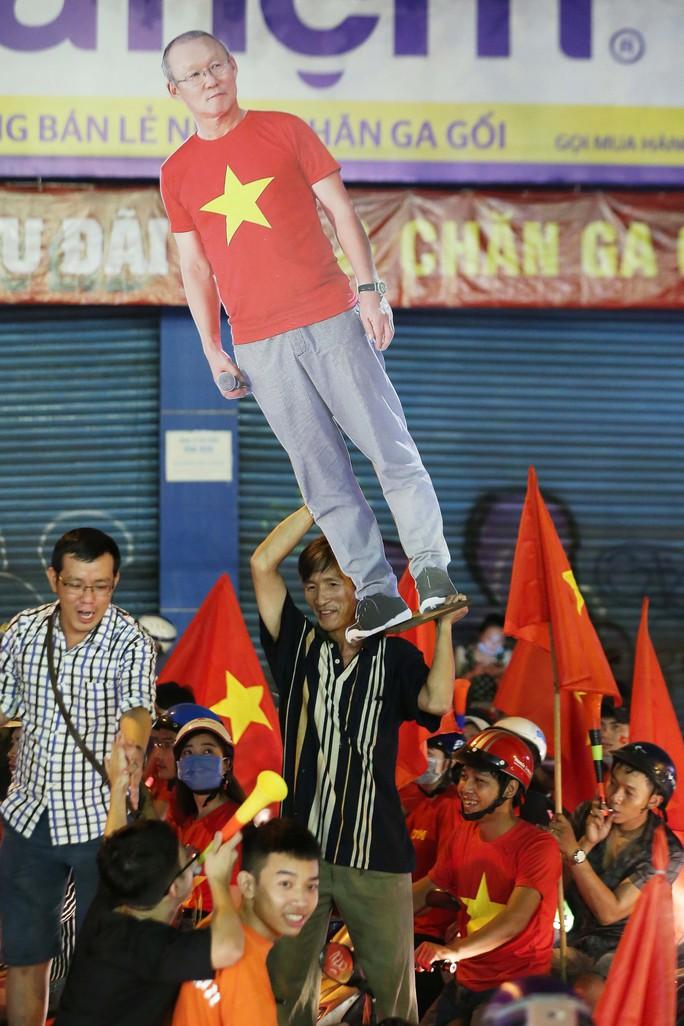 TP HCM trắng đêm mừng tuyển Việt Nam vô địch AFF Cup - Ảnh 8.