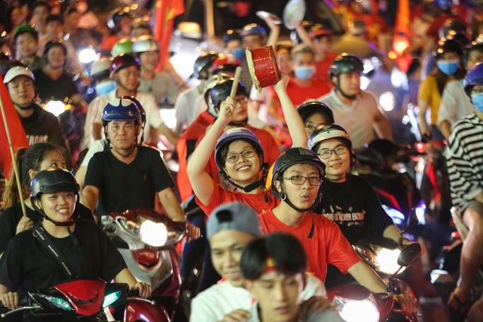 TP HCM trắng đêm mừng tuyển Việt Nam vô địch AFF Cup - Ảnh 4.