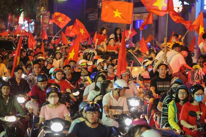 TP HCM trắng đêm mừng tuyển Việt Nam vô địch AFF Cup - Ảnh 2.